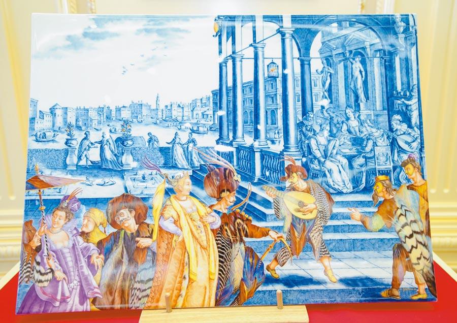 麥森藝術家凱瑟琳葛里茨蔓所創作的「威尼斯風光壁畫」,藍色調背景採釉下彩創作,棕紅色調人物前景以釉上彩創作,冷暖對比凸顯人物,985萬元。(粘耿豪攝)
