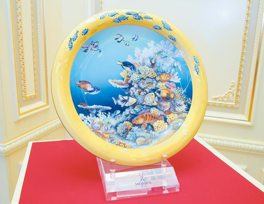 戴勒夫瑞特潛水取景的「海底仙境」,以圓盤造型象徵潛水艇之窗,外緣珍珠金象徵灑落海裡的陽光,觀者可窺探海洋之美,246萬3000元。(粘耿豪攝)