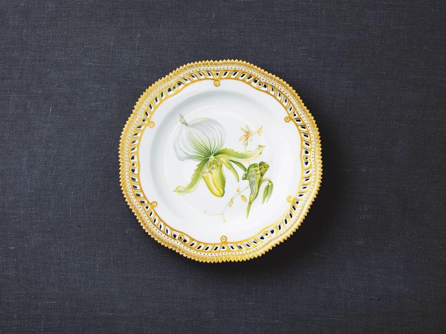 以1960年代皇家哥本哈根首席畫師手繪稿為靈感,採用一筆到位刻畫的精品蘭花盤,8萬5000元。(皇家哥本哈根提供)