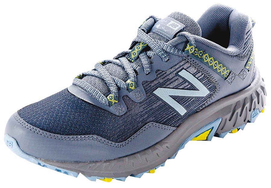 愛買New Balance女越野慢跑鞋WT410CB6-灰藍,原價2350元、特價1699元。(愛買提供)