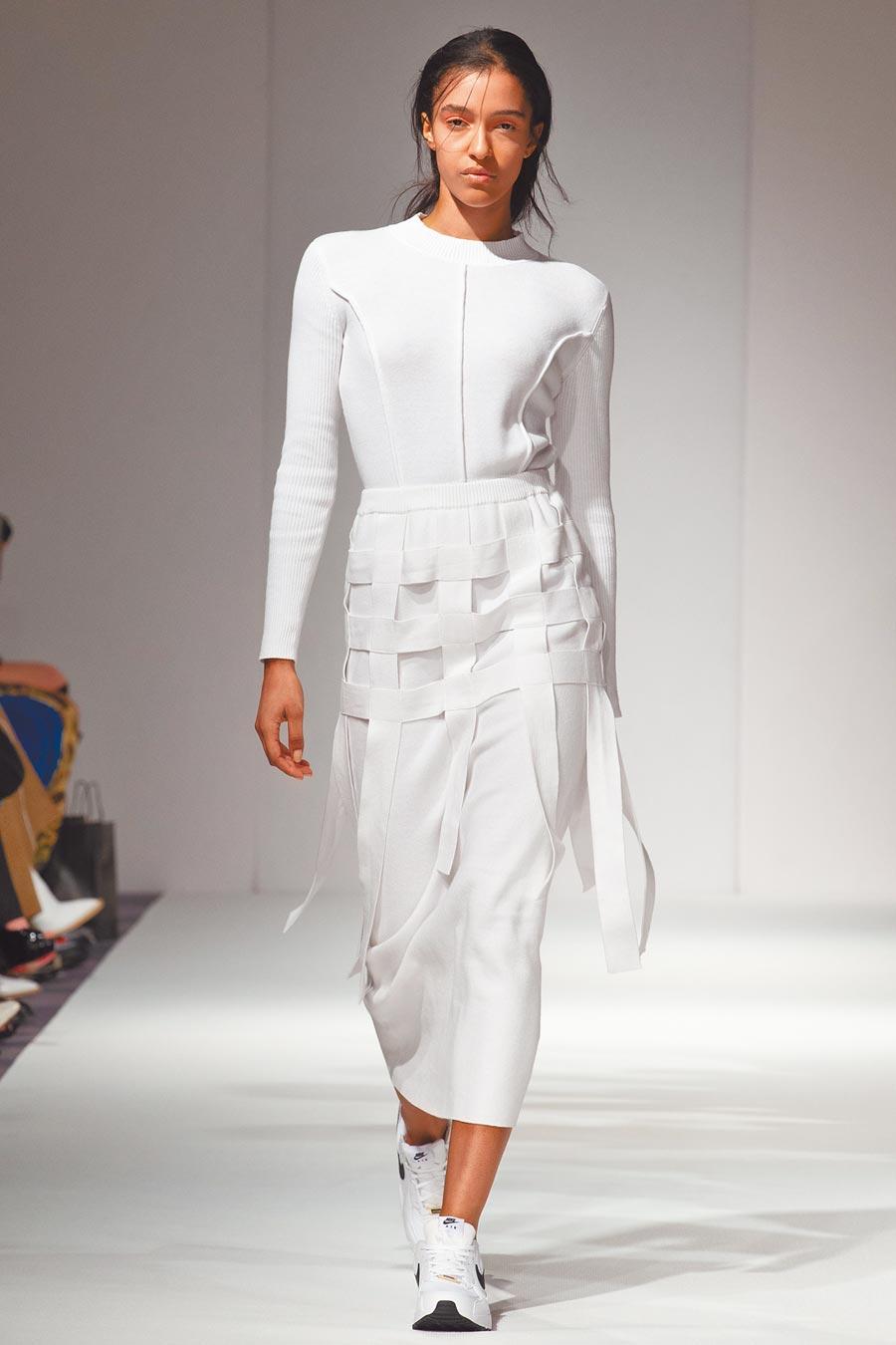 自然舒適流暢是Peter Wu本季的設計重點。白色毛衣,2萬1980元。(Peter Wu提供)