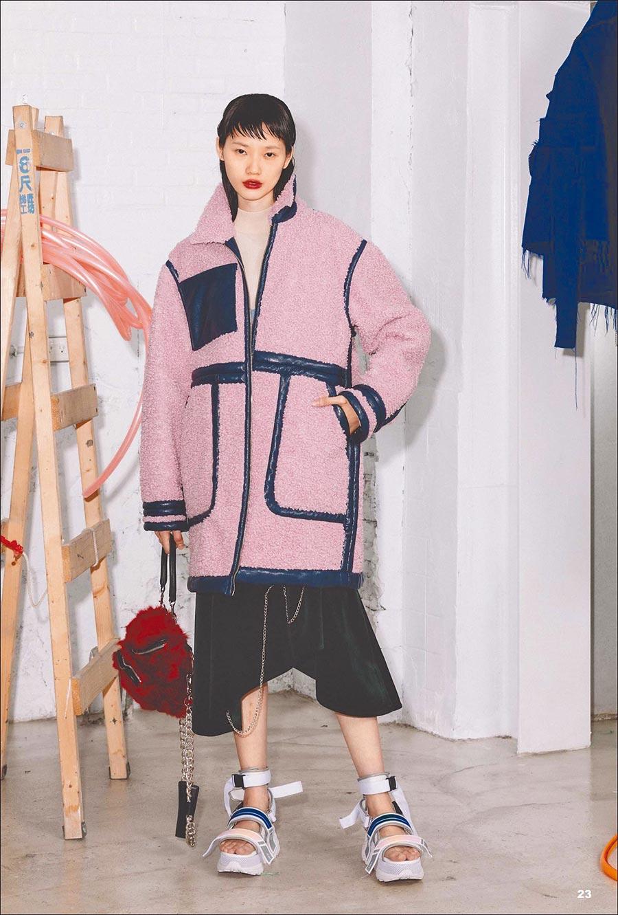 以粉色大型剪羊毛夾克搭配涼鞋,打造另一種秋冬的自在舒適造型,粉色羊毛夾克3萬2800元、Molly Skirt 1萬6400元。(Jamie Wei Huang提供)