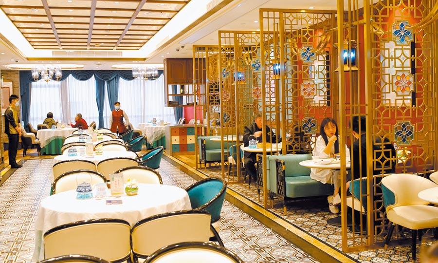 疫情後豬肉價格再飆升,衝擊台商餐飲業者。圖為顧客在上海南京路步行街粵菜館內用餐。(新華社)