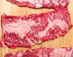 生牛肉在砧板上「狂抖」 16秒詭異畫面嚇壞百萬人