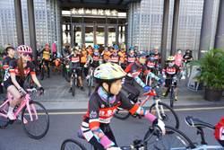 18小騎士單車環台800公里 化身親善大使一路做公益