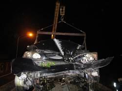草屯車禍事故再一樁 高速過彎撞壁車頭全毀