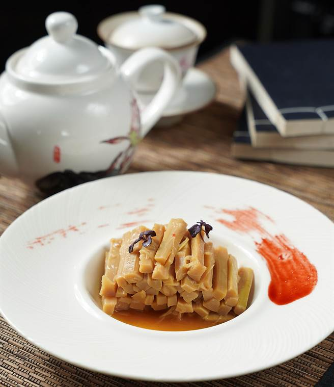 邢大姐料理的〈油燜筍〉,醬汁收乾入味並加了香油增加香氣,是滋味鮮甜的常備便當菜,也是孩子們的宵夜首選。(圖/君品酒店)
