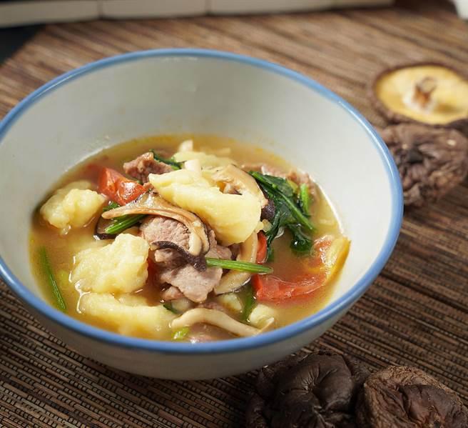 宗媽媽作的〈麵疙瘩〉帶有湖南味,微辣的濃郁湯汁刺激食慾,手作的疙瘩軟糯紮實。(圖/君品酒店)