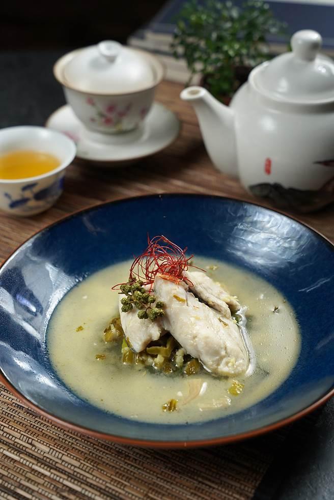 Jully姐料理的〈酸菜魚〉,魚片搭配酸菜與多種香料入味,肉質軟嫩、湯汁鮮美開胃。(圖/君品酒店)