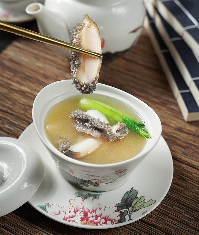 吳大姐料理的〈醃篤鮮〉,湯頭清澈但滋味濃郁,來到君品〈頤宮〉後加入汆燙活鮑,更增添了湯頭鮮度。(圖/君品酒店)