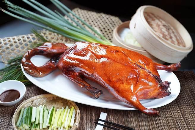 〈片皮陽江黃鬃鵝〉是君品酒店〈頤宮〉餐廳首度發表的新菜,作法和片皮鴨大同小異,但肉質更細緻。(圖/君品酒店)