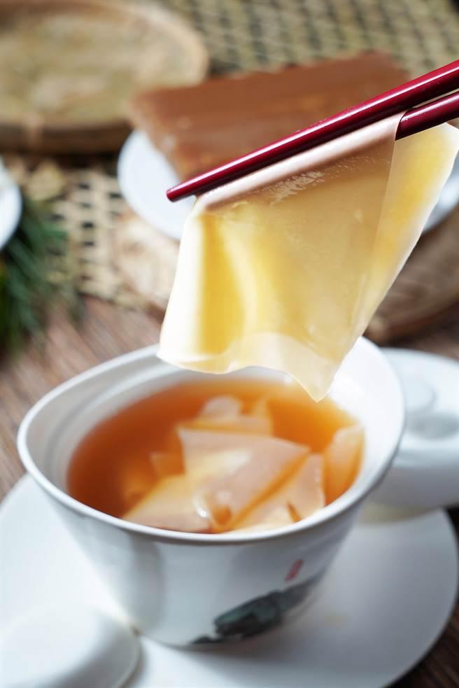 〈片皮糖水〉是君品酒店〈頤宮〉餐廳主廚「阿早」陳泰榮的回憶,餃子皮下鍋煮,並加入片糖水,成為一道廣受孩子們歡迎的庶民甜品。(圖/君品酒店)