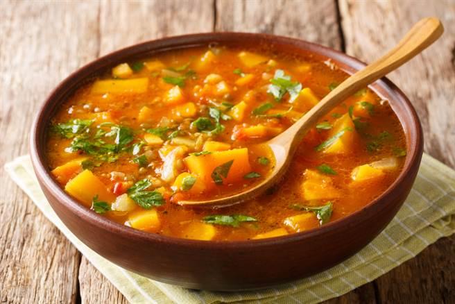 網路上盛傳,常常一同入菜的紅、白蘿蔔不能一起吃?醫揭3大「配食地雷」,多數人都誤食。(示意圖/達志影像)