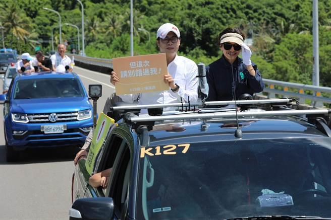 民進黨高雄市長候選人陳其邁12日上午前往甲仙、杉林進行車隊掃街拜票,展現必勝氣勢。(林雅惠攝)