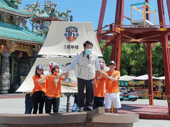 台南市長黃偉哲(中)與年輕朋友一起行銷安平開台天后宮「做16歲」成年禮活動。(洪榮志攝)