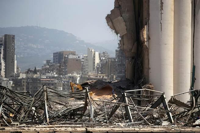 2,750噸易燃化學品「硝酸銨」引爆黎巴嫩首都貝魯特,不過近期專家又在港口查獲超過20貨櫃的潛在危險化學品,當中還有一貨櫃化學品已經外洩。(圖/路透社)