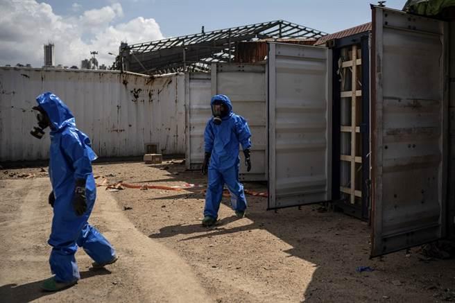 專家又在貝魯特港口查獲超過20貨櫃的潛在危險化學品,當中還有一貨櫃化學品已經外洩。(圖/美聯社)