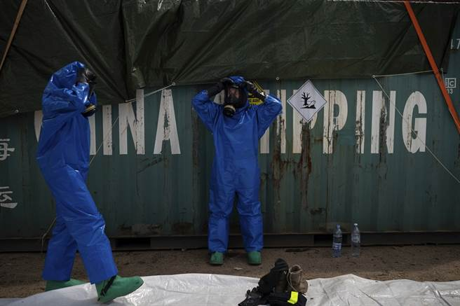 2,750噸易燃化學品「硝酸銨」引爆黎巴嫩首都貝魯特,不過近期專家又在港口查獲超過20貨櫃的潛在危險化學品,當中還有一貨櫃化學品已經外洩。(圖/美聯社)