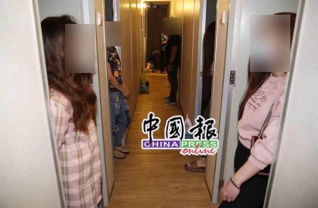 馬來西亞吉隆坡警方,兵分三路突擊3淫窟,這些賣淫女吃喝拉撒都在淫窟內。(照片來源:中國報)