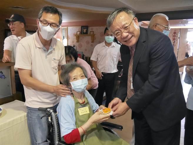 新營區是台南溪北人口最多的行政區,失智長者人數也增加中,柳營奇美醫院在新營君館商務旅店成立「奇憶學堂」,也是全台首個在旅館成立的失智長者服務據點。(莊曜聰攝)