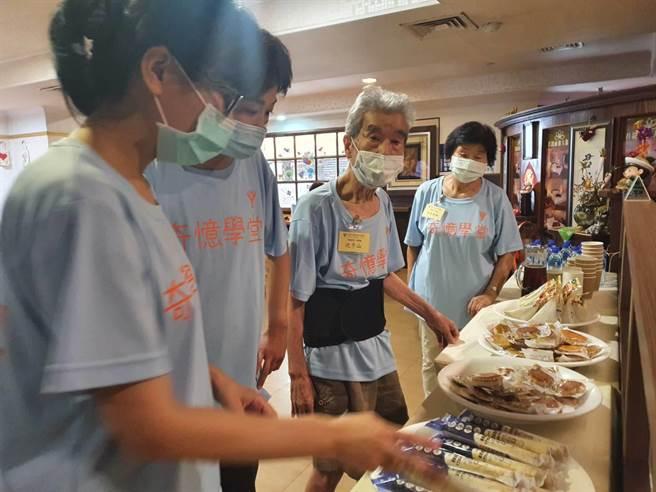 台南市新營區的君館商務旅店是在地老牌旅館,柳營奇美醫院在此成立「奇憶學堂」,是全台首個在旅館成立的失智長者服務據點,課程結合當下情境,老人家學著當個「旅店主人」。(莊曜聰攝)