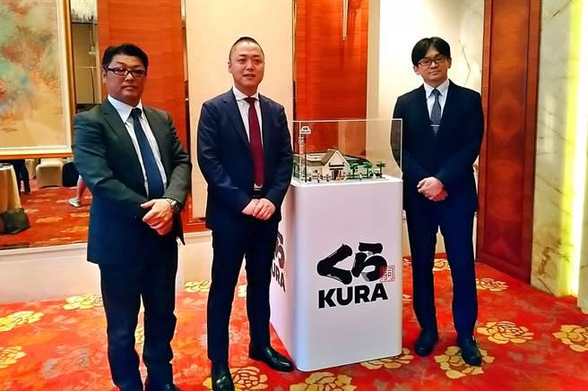 亞洲藏壽司預計9月中旬轉上櫃掛牌,左起為財務長田村和也、董事長兼總經理西川健太郎、副總經理近藤和人。(記者林資傑攝)