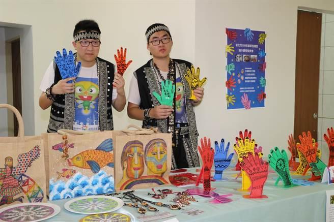 黃迺翔(左)和陳弈宏帶領部落長輩利用手掌製作圖騰。(王揚傑攝)