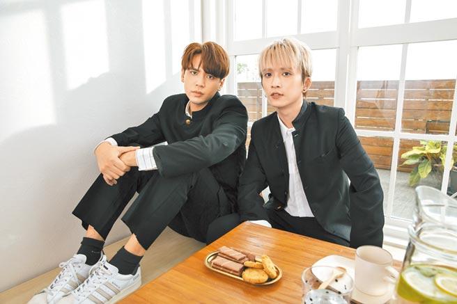 陳零九(左)和邱鋒澤穿上學生制服拍MV,走日系清新高校風。(滾石唱片提供)
