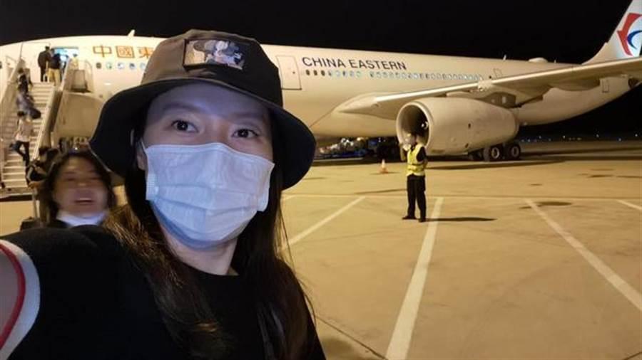 8月9日東航MU5331航班,從上海飛北京途中遭遇暴雨亂流,飛機多次呈現自由落體,嚇壞乘客。最終飛機平安備降石家莊機場,旅客下機後心有餘悸的自拍。(百度百家號)