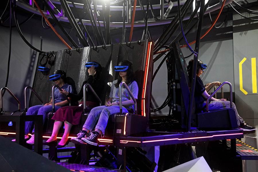 六軸移動座椅結合360度VR影片,觀看《攻殼機動隊》太過癮!(攝影/曾信耀)