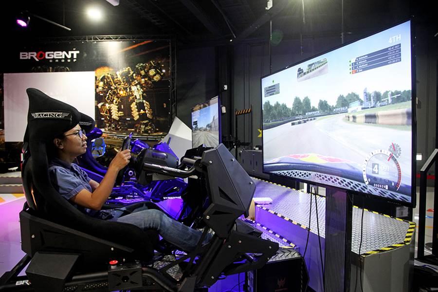 賽車平台模擬器以六軸平台呈現最真實細緻的賽道體驗。(攝影/曾信耀)