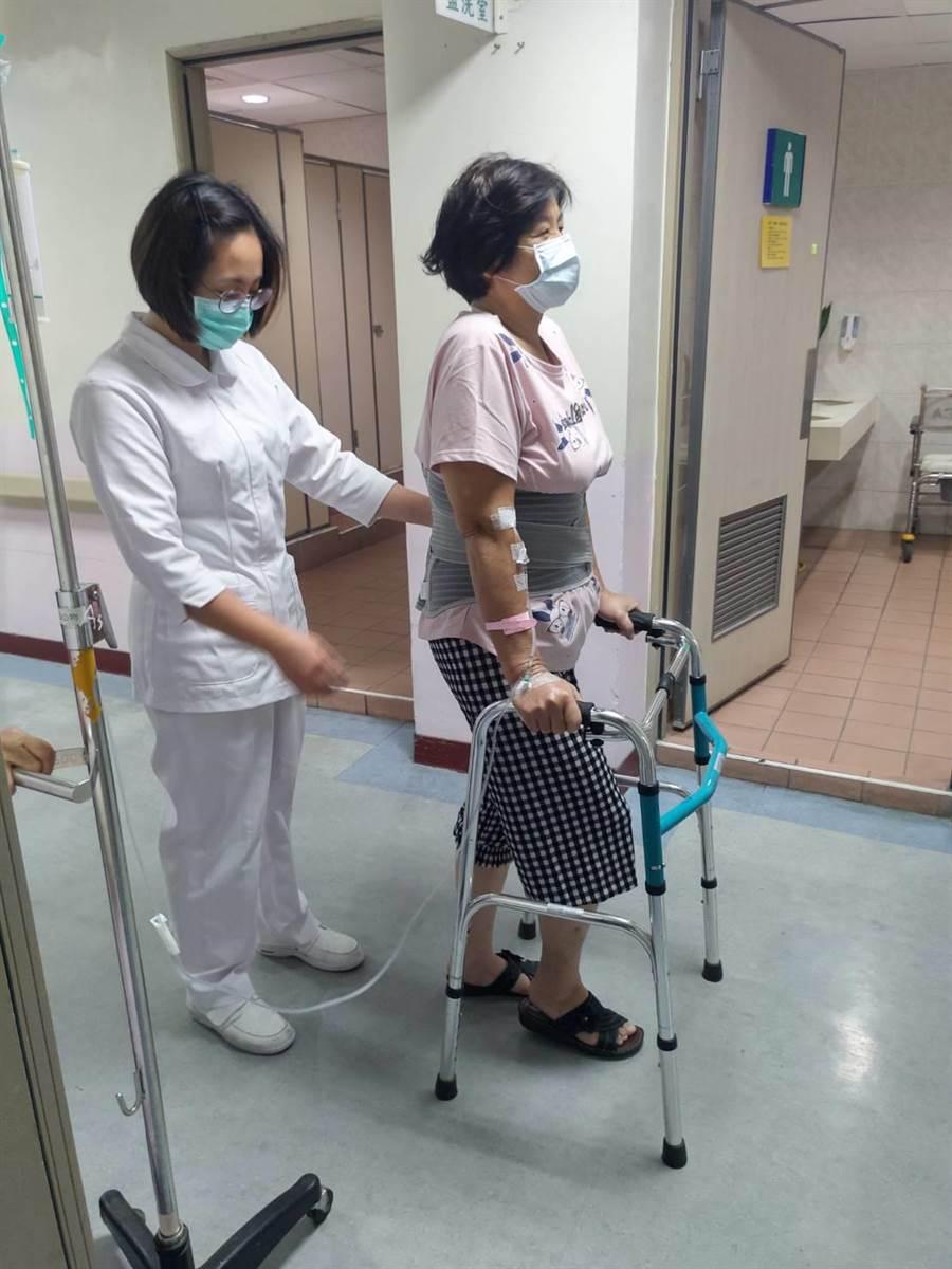 57歲余姓女子因長期走路不適影響日常,5月到埔榮就醫,經人工髖關節置換手術後,持續復健,現已活動自如。(埔榮提供/林心柔南投傳真)