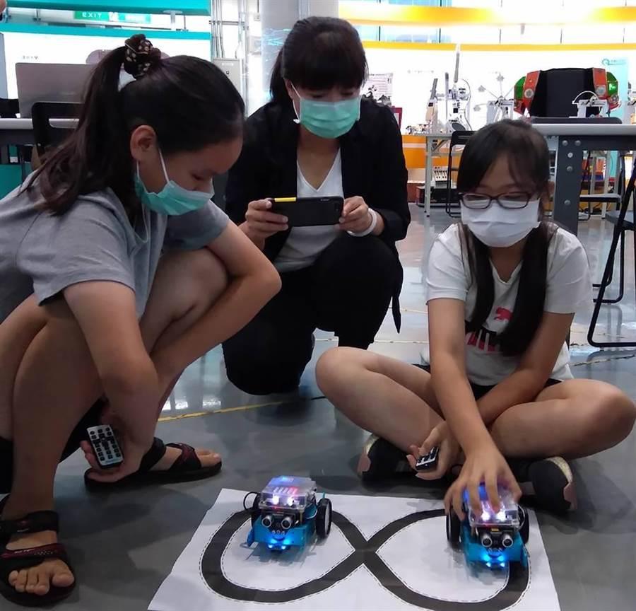 「智慧機器人基地參訪與體驗課程」,希望用容易引發學童學習興趣的mBot機器人與自控車為媒介,讓學童探索對未來發展的無限可能。(行政院中辦提供/陳世宗台中傳真)