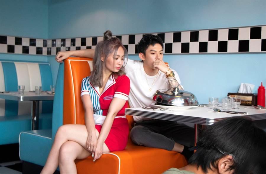 ↑陳芳語與男友呆伯特合體演出〈4AM CALLS〉MV。(照片提供:華風數位)
