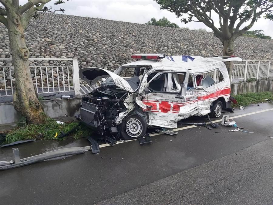 救護車遭油罐車擦撞,猛烈撞擊力道,車頭、擋風玻璃嚴重毀損, 左側車身板金幾乎被削成爛鐵,車上2名救護員送醫急救中。(民眾提供/王文吉台中傳真)