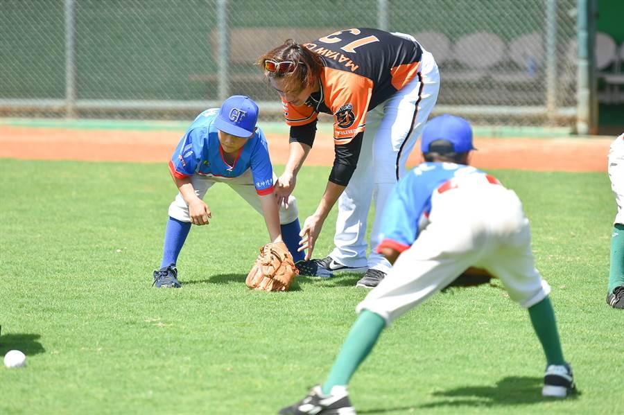 統一獅球員陳鏞基(後排右)指導花蓮基層棒球隊小球員。(統一獅提供/廖德修台北傳真)