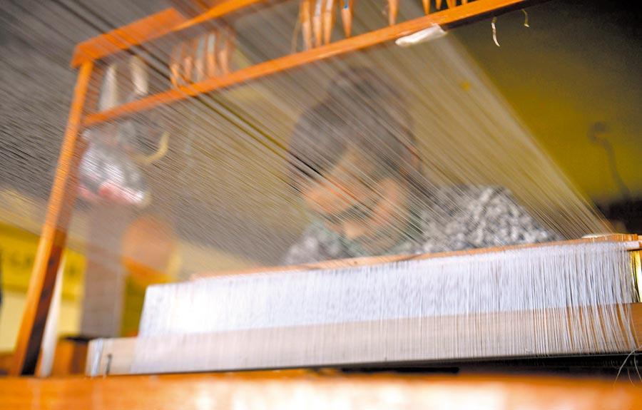 河北工作人員製作蠶絲織法。(新華社資料照片)