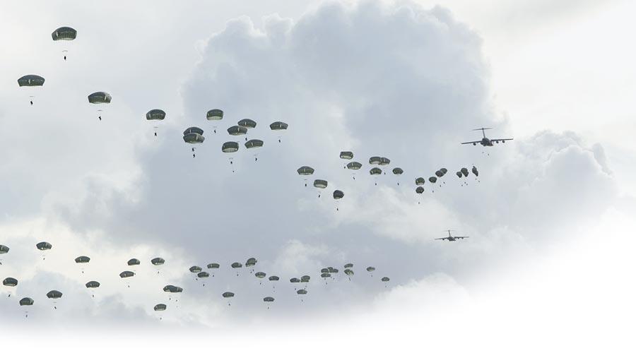 美國傘兵降落關島安德森空軍基地。(取自美國空軍官網)