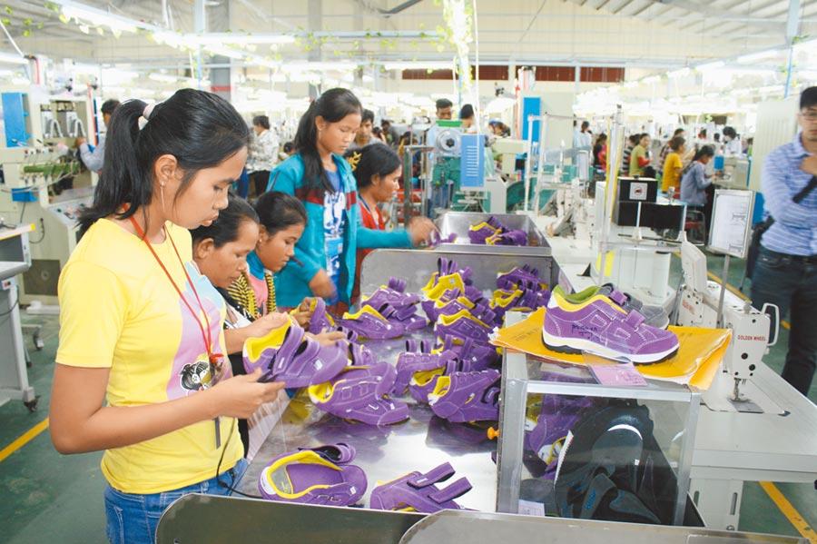 台商因貿易戰增加東南亞生產。圖為鈺齊越南廠製鞋生產線。(本報系資料照片)