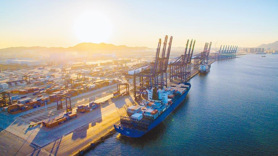 部分陸商將產線轉移至東南亞。圖為貨輪在大連港起航,準備航向印尼。(中新社資料照片)