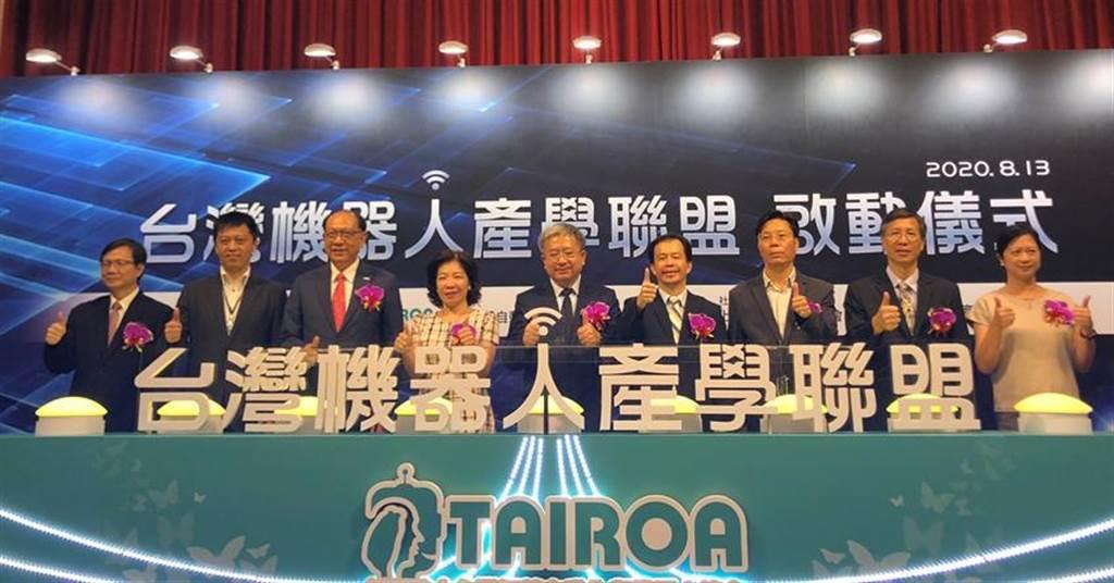 上銀集團總裁卓永財(左三)以台灣智慧自動化與機器人協會名譽理事長身分,催生機器人產學聯盟,13日由協會現任理事長絲國一(中)主持啟動儀式。