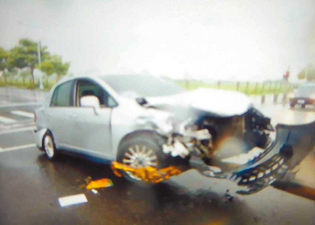 1輛銀色自小客車行經洲際路、崇德八路時與紅色自小客車相撞,證實傷重男子就是前市議員陳清景。(讀者提供/張妍溱台中傳真)