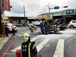 中壢小貨車側翻漏油 消防員佈水線警戒