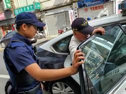 88歲老翁烈日蹲坐路旁 龍潭暖警協助返家