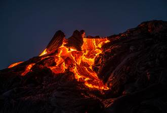 火山岩漿竟像布丁超軟Q 黏稠液體丟進水桶秒沸騰