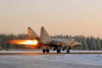 MiG-31戰機掉輪子 起落架磨跑道造成驚人火花