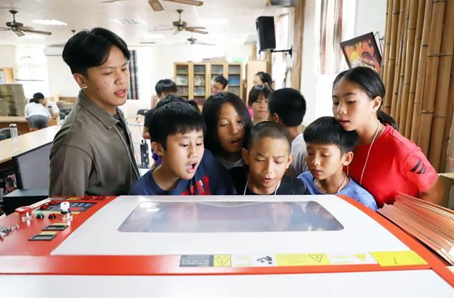 台科大學生帶領東澳國小學童認識雷射雕刻機的原理概念。(台科大提供/李侑珊台北傳真)