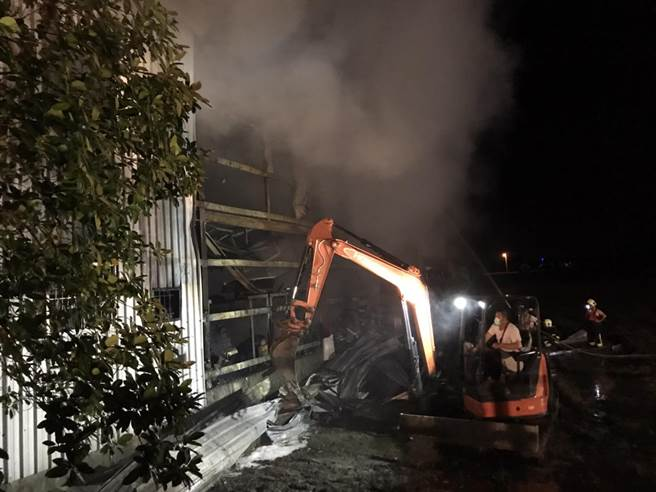 消防局抵達現場時倉庫已全面燃燒,內部的樓梯疑似倒塌,無法上二樓,只能在外面架梯子注水滅火。(花蓮消防局提供/羅亦晽花蓮傳真)