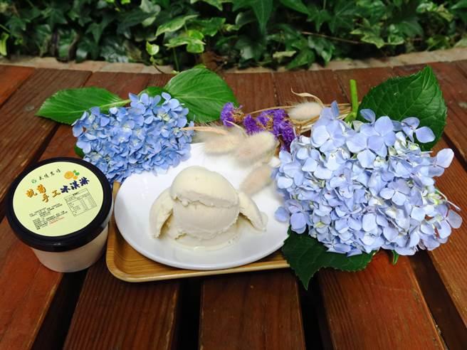 武陵農場推出「黃綠紅」冰淇淋,其中「黃」採用武陵杭菊萃取後製成,除了吃到手工冰淇淋的綿密感,更有杭菊獨具芬芳。(武陵農場提供/王文吉台中傳真)