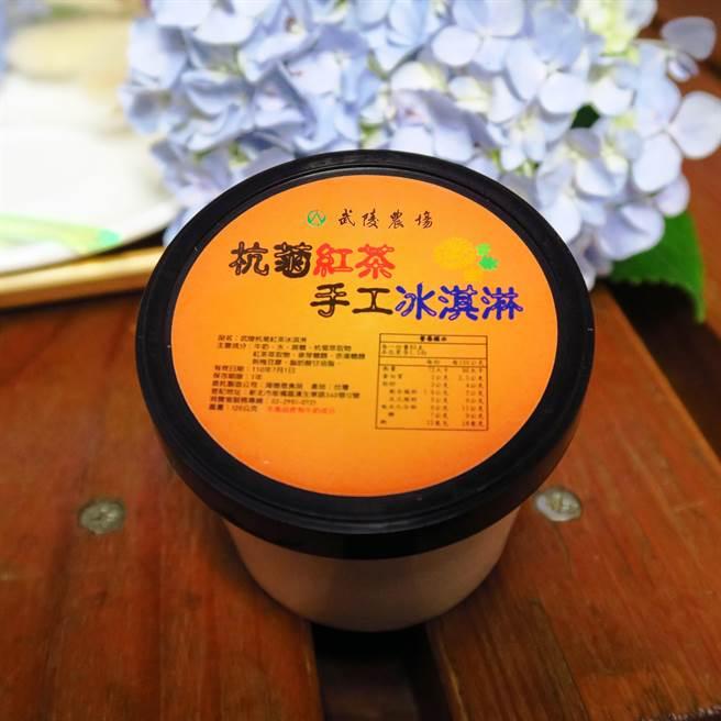 武陵隱藏版杭菊紅茶冰淇淋,有菊花的清香、紅茶的回甘,一上架隨即被遊客掃光。(武陵農場提供/王文吉台中傳真)